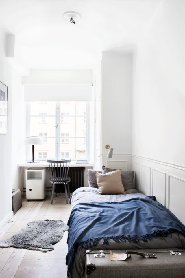 decoration chambre etudiant exemple minimalisme épuré blanc et bleu lit une personne bureau fenêtre