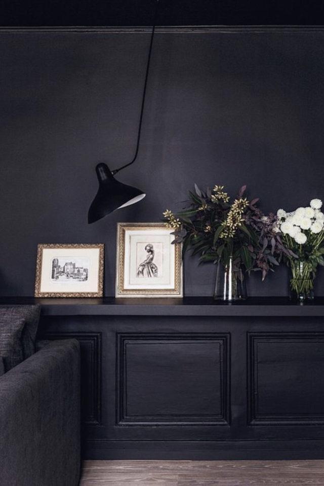 decoration interieure rock materiaux peinture noire mate boiserie et mur