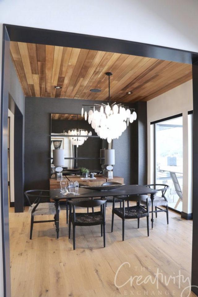 decoration interieure rock materiaux lambris bois plafond mur noir et blanc salle à manger chaleureuse et lumineuse grand chandelier