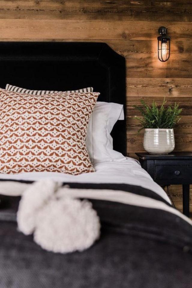 decoration interieure rock materiaux chambre lambris mural bois tete de lit noire