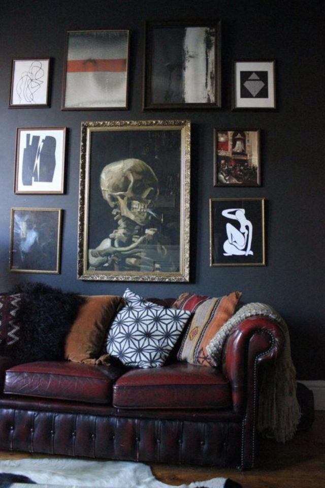 decoration interieure rock materiaux canapé cuir chesterfield mur noir cadres décalés aesthetic