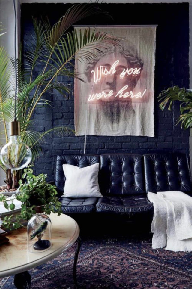 decoration interieure rock materiaux canapé cuir noir confortable vintage déco murale cadre et message néon plantes vertes