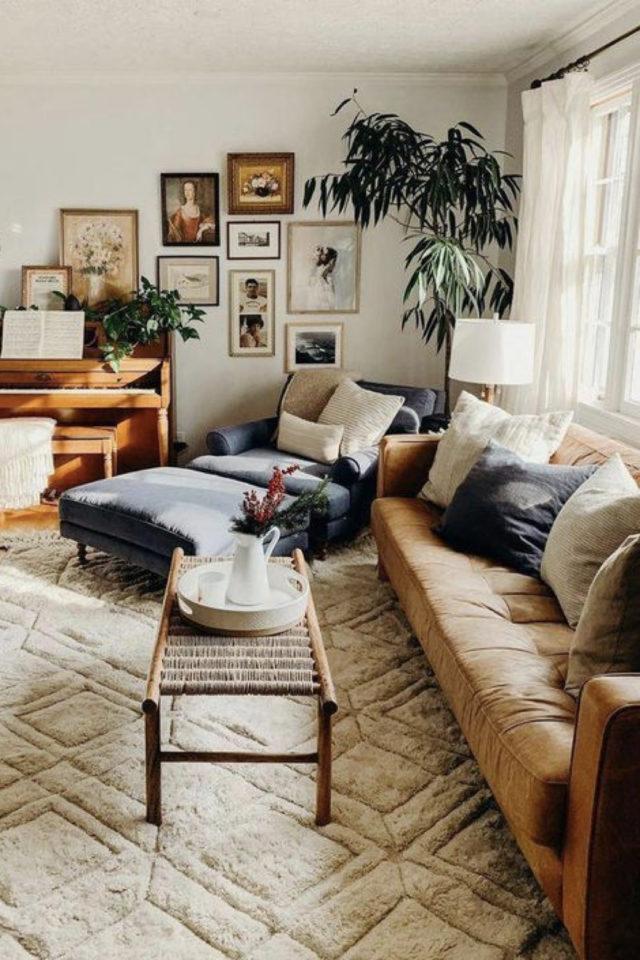 decoration moderne salon canape cuir exemple salon familial moderne et cosy tapis clair berbere méridienne en tissus plantes vertes et cadres déco