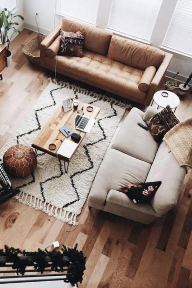 decoration moderne salon canape cuir exemple association canapé en cuir et canapé en tissus tapis berbère table basse bois et métal pouf en cuir ambiance cosy et moderne