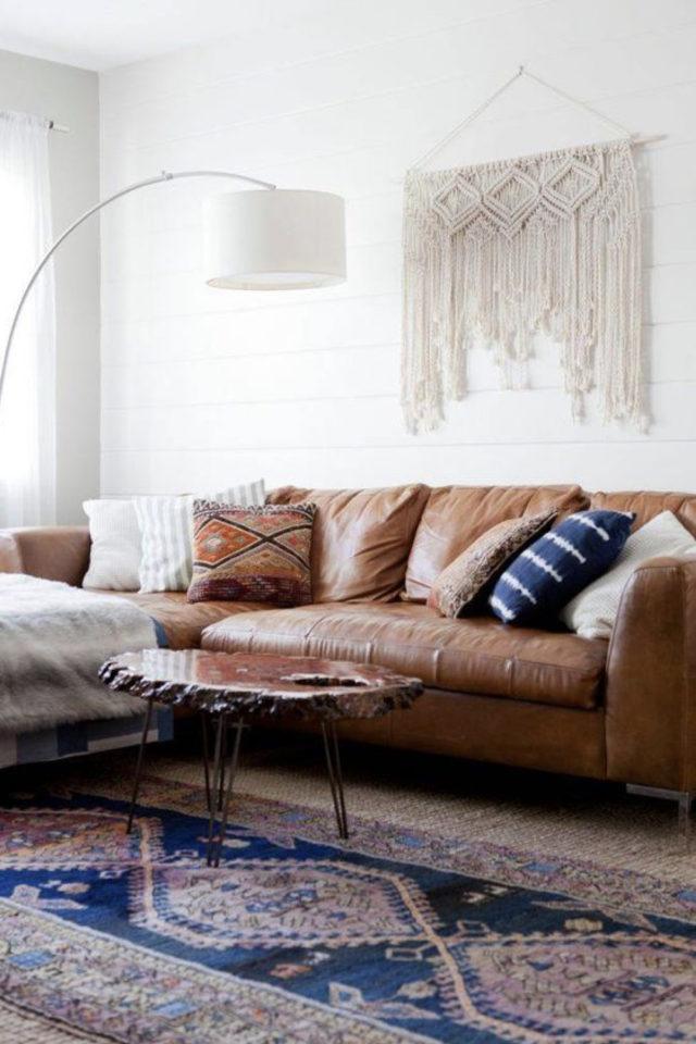 decoration moderne salon canape cuir exemple style bohème macramé mural tapis persan ancien