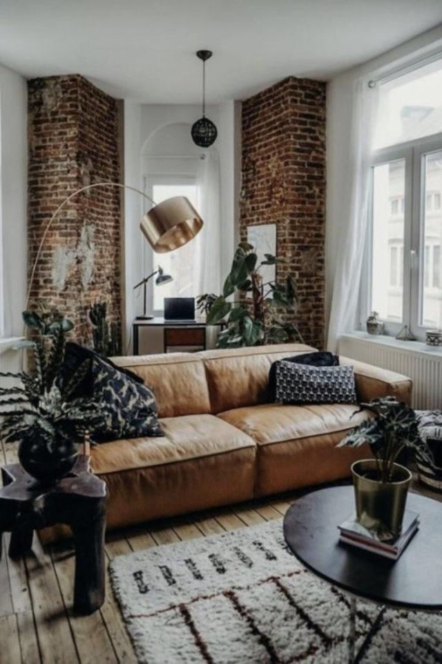 decoration salon petit canape cuir exemple style industriel mur blanc et mur brique ambiance masculine et chaleureuse