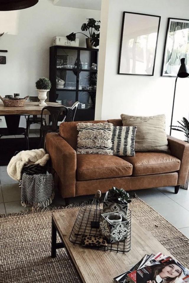 decoration salon petit canape cuir exemple ambiance moderne et élégante petite table bois tapis jute ouvert sur salle à manger séjour