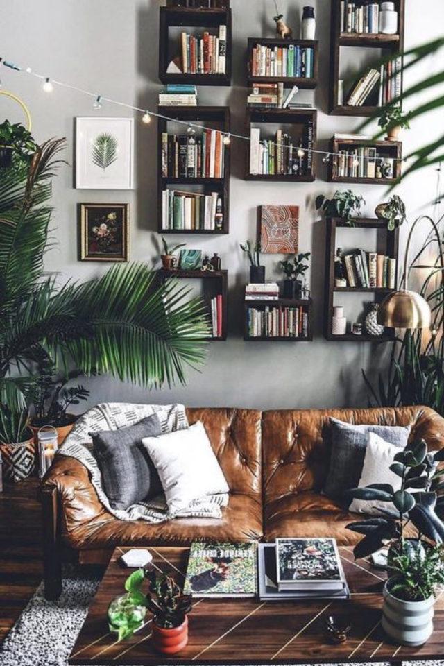 decoration salon petit canape cuir exemple coup de coeur plantes vertes étagères murale récup sofa capitonné