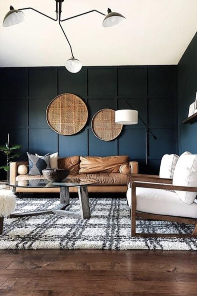 decoration salon petit canape cuir exemple couleur camel mur peinture sombre vert sapin moderne tendance intime moquette tapis