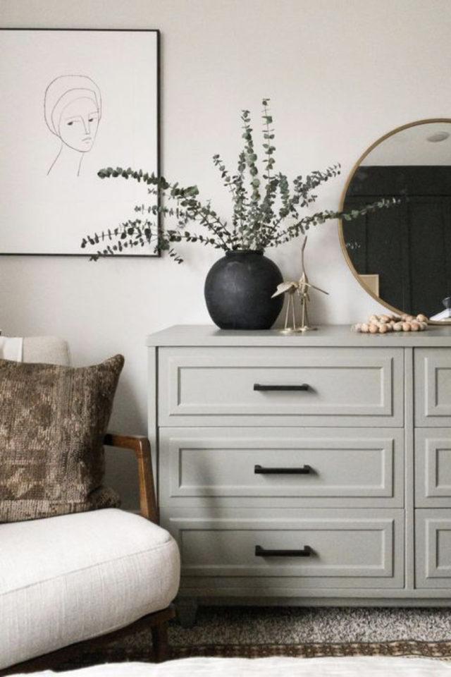 exemple chambre lumineuse meuble commode peinte en greige couleur neutre accessoires noir