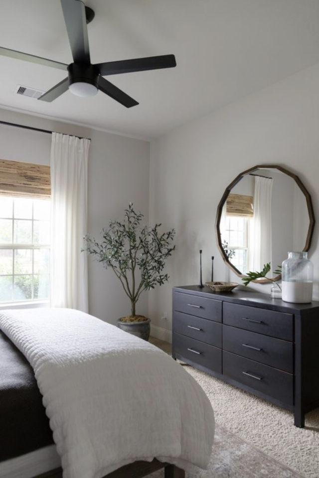 exemple chambre lumineuse meuble commode noire grand miroir rond ventilateur
