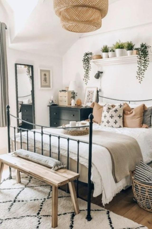 exemple chambre lumineuse meuble décoration moderne et nature commode noir lit métal noir banc en bois
