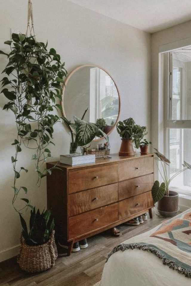 exemple chambre lumineuse meuble commode ancienne vintage mid century bois miroir rond et plantes vertes