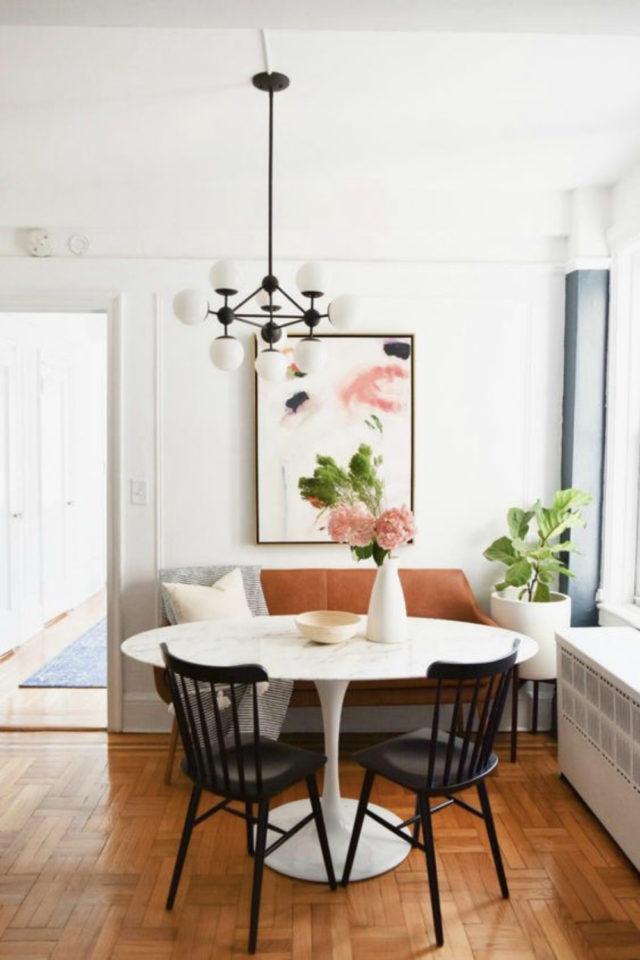 gain de place coin salle a manger banquette table ronde blanche rétro fenêtre