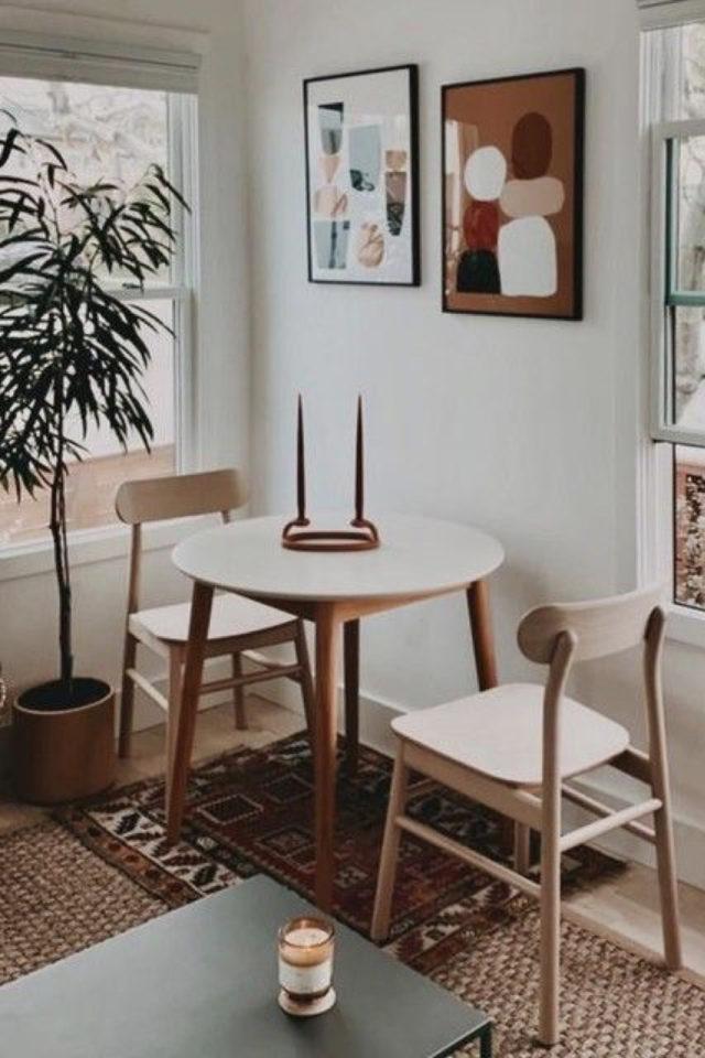 gain de place coin salle a manger petite table ronde bois plateau blanc chaise et déco murale moderne