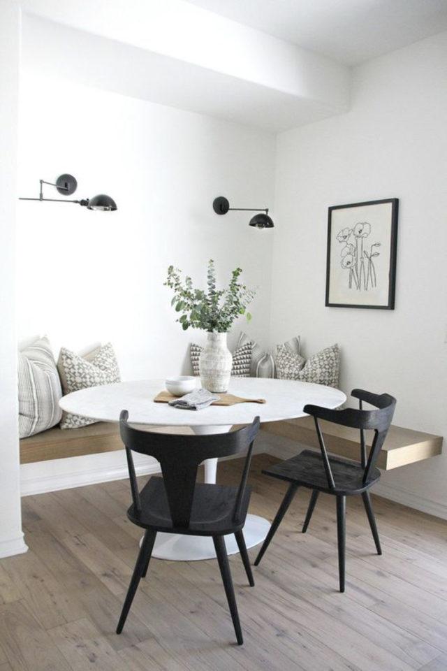 gain de place coin salle a manger coin repas banquette bois table ronde blanche chaises noires