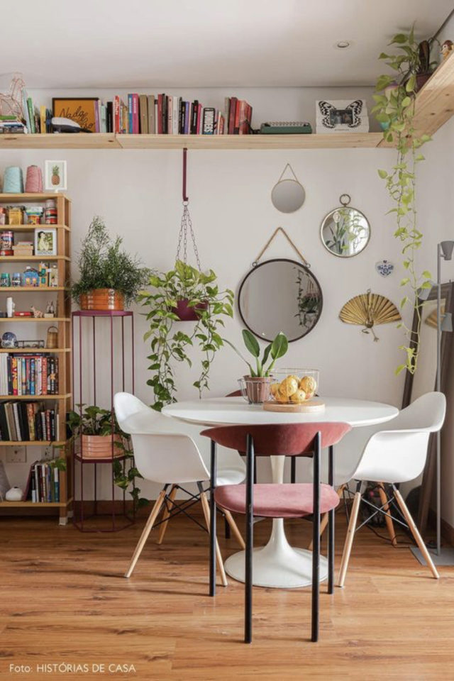 gain de place coin salle a manger decoration moderne et lumineuse table ronde blanche etagere bois