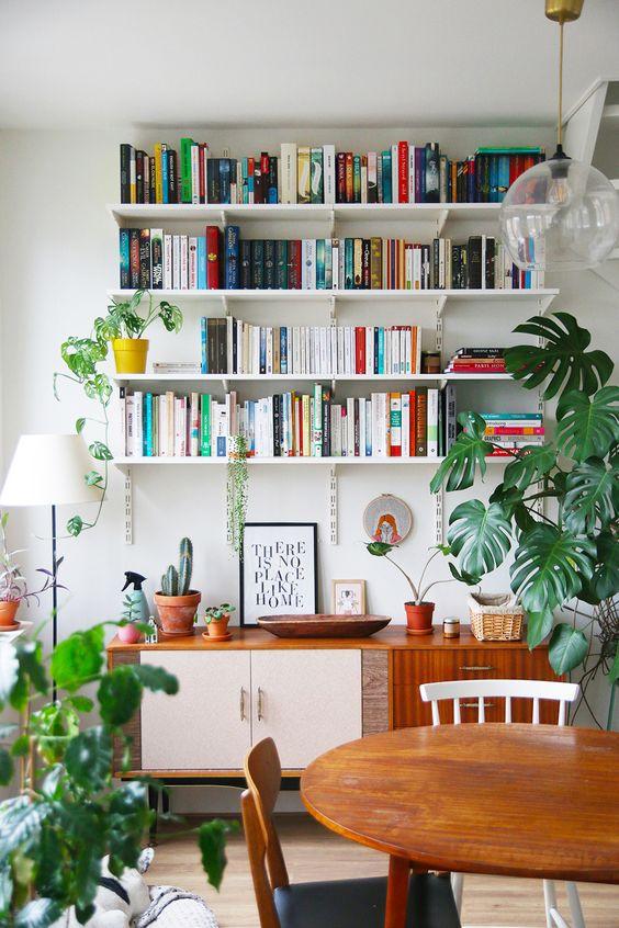 gain de place petite salle a manger exemple moderne bibliothèque dessus buffet crémaillère étagère plantes vertes