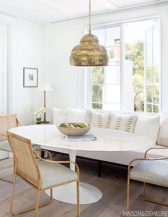 gain de place petite salle a manger exemple table ovale avec banquette décor blanc et naturel