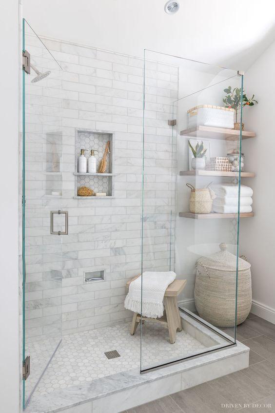 gain de place petite salle de bain exemple espace douche revêtement pierre étagère murale