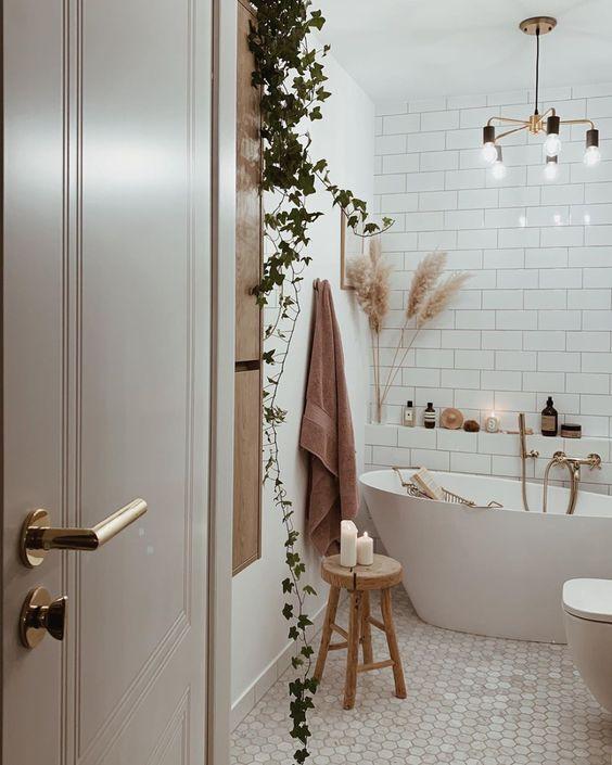 gain de place petite salle de bain exemple decoration moderne bois blanc plantes