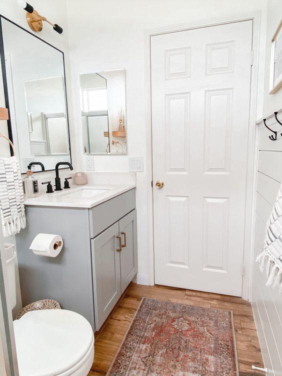 gain de place petite salle de bain exemple meuble lavabo gris tapis persan