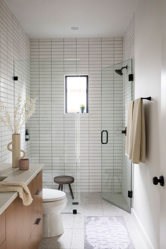 gain de place petite salle de bain exemple carrelage blanc grande douche