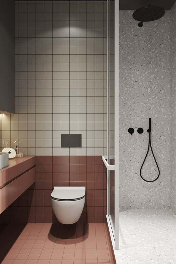 gain de place petite salle de bain exemple toilettes carrelage bicolore
