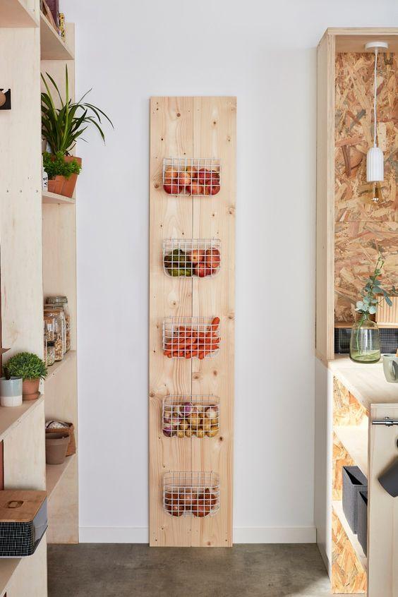 gain de place rangement exemple cuisine déco murale DIY bois panier rangement appoint fruit et légume