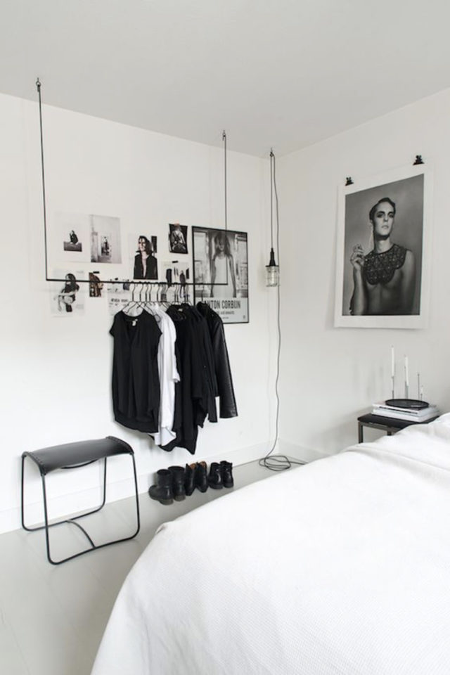 minimalisme chambre decoration exemple penderie suspendue et ouverte garde robe capsule esthétique