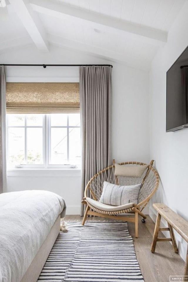 minimalisme chambre decoration exemple textiles gris mur blanc fauteuil en rotin