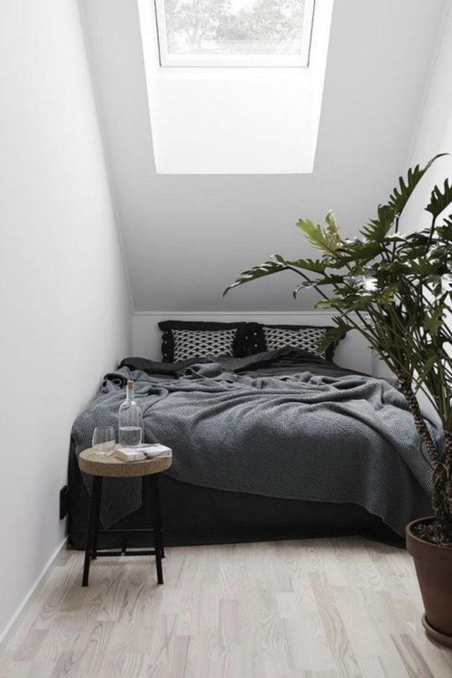 minimalisme chambre decoration exemple toute petite chambre sous les combles parure de lit contraste mur plantes vertes