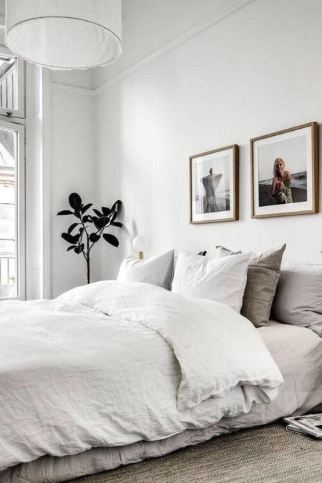 minimalisme chambre decoration exemple textile lin lavé couleur neutre et chinée cadres murs photos et plante angle pièce