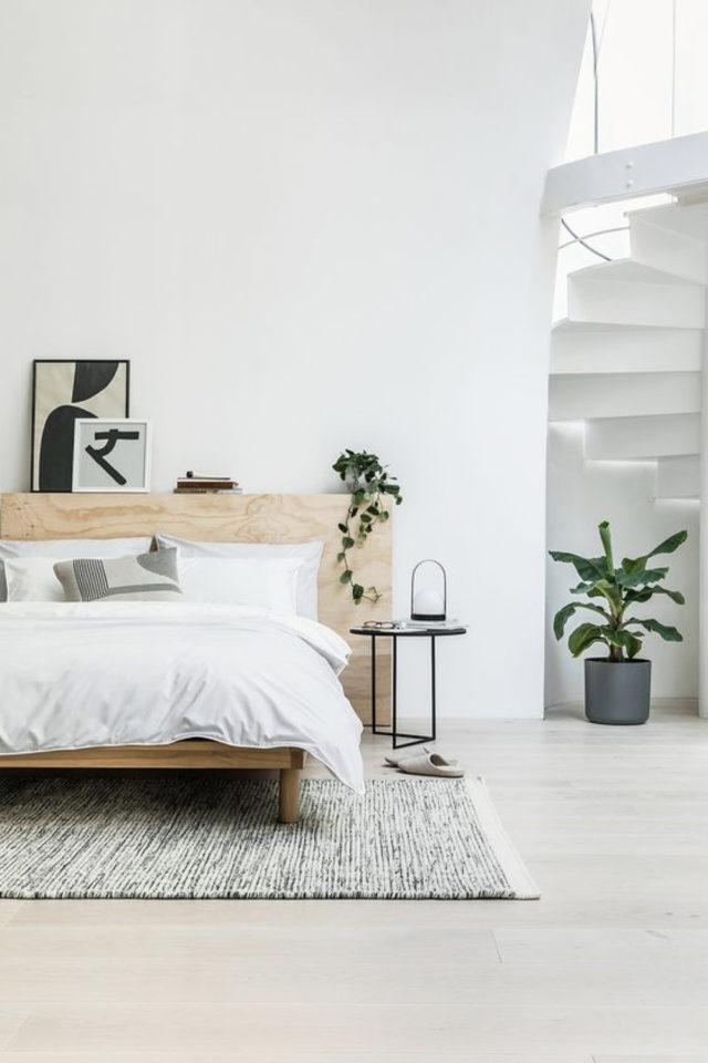 minimalisme chambre decoration exemple tête de lit bois naturel espace ouvert escalier colimaçon grand tapis