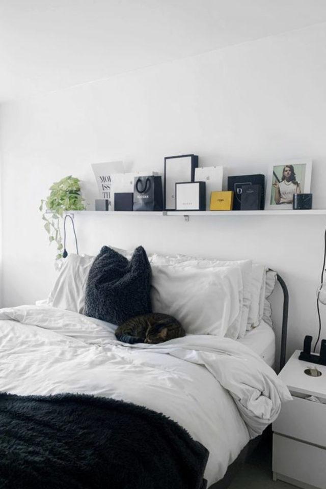 minimalisme chambre decoration exemple contraste noir et blanc etagere dessus du lit objet