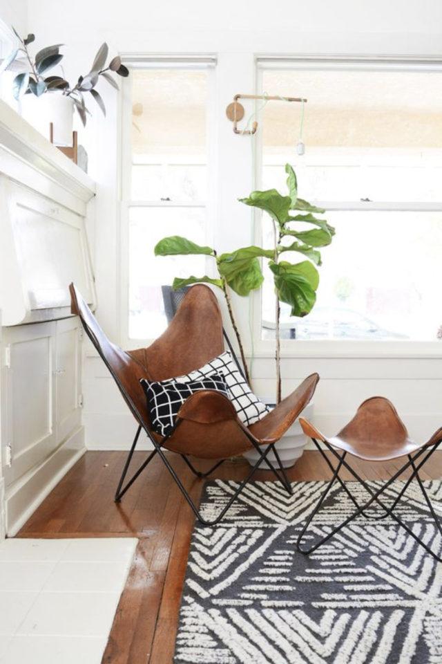 petit budget fauteuil papillon salon moderne et chaleureux cuir repose pied plantes vertes