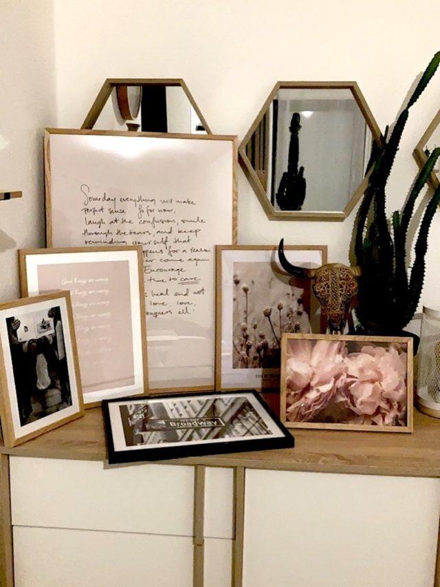sejour deco murale desenio décoration féminine et élégante moderne meuble bois et blanc affiche rose et blanc