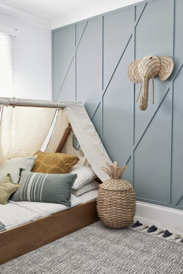 ambiance douce chambre enfant peinture boiserie bleue tendre lit cabane