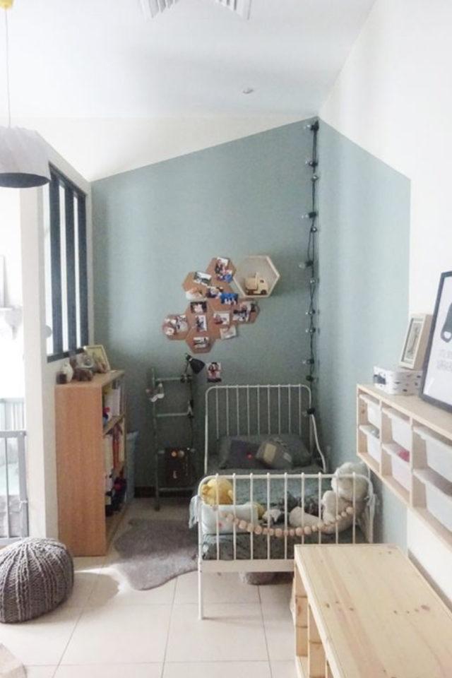 ambiance douce chambre enfant angle pièce peinture bleue