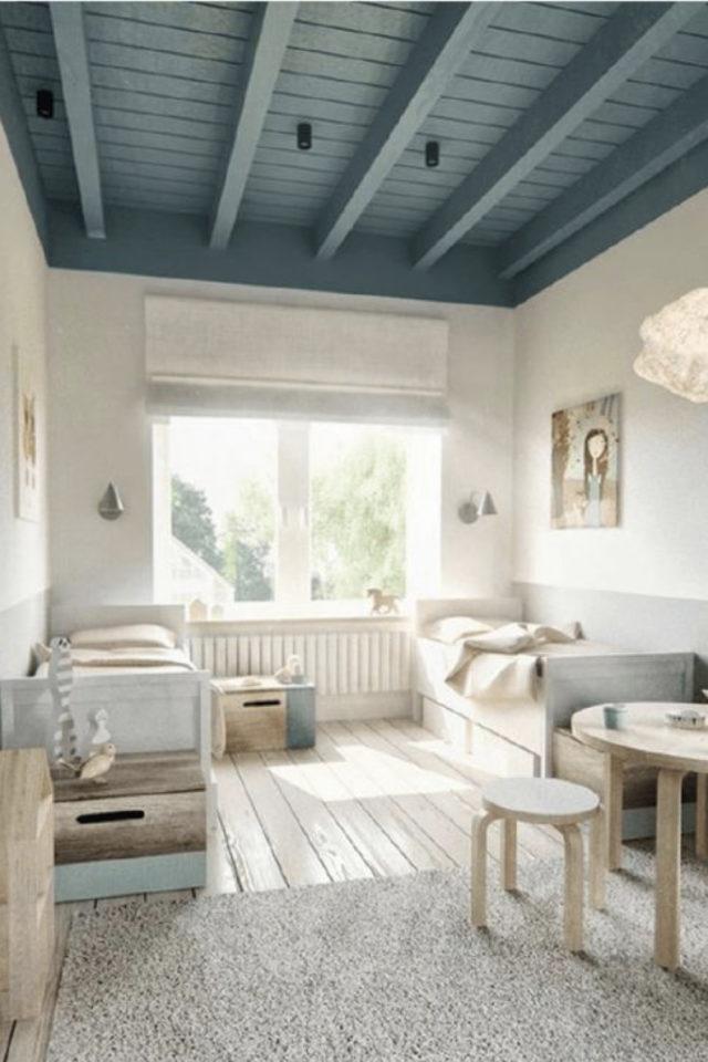 ambiance douce chambre enfant peinture plafond bleu poutre boiserie