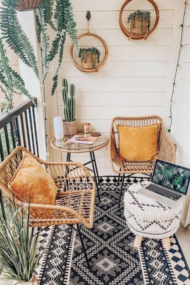 amenagement petit balcon exemple moderne tapis persan berbère fauteuil rotin pouf