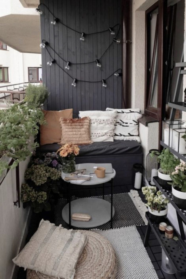amenagement petit balcon exemple couleur gris anthracite banquette coussin table basse ronde
