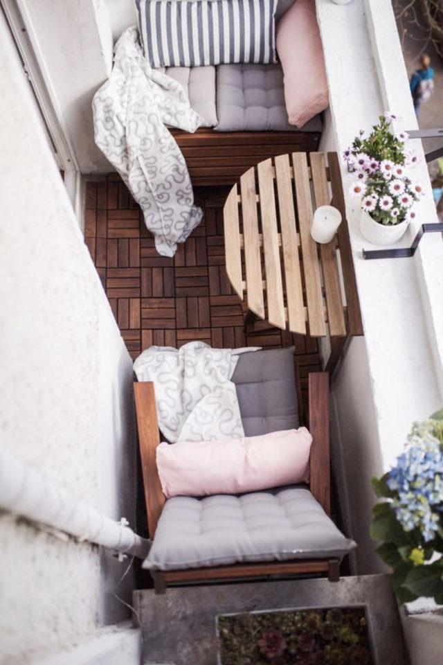 amenagement petit balcon exemple fauteuil bois coussin table murale