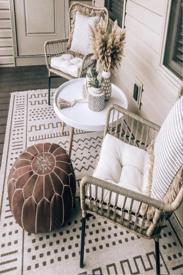amenagement petit balcon exemple tapis pouf fauteuil rotin et petite table scandinave blanche