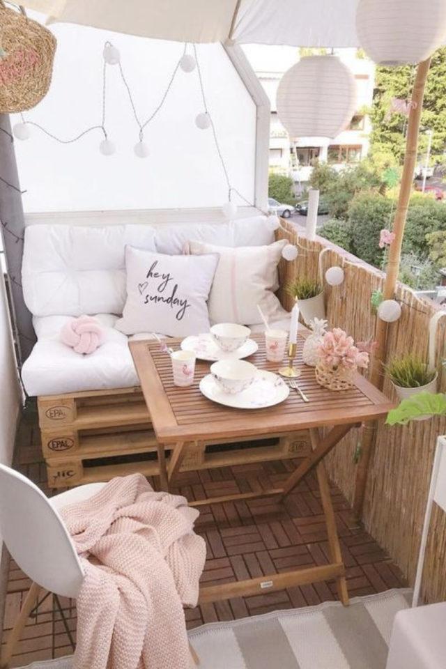 amenagement petit balcon exemple petite banquette palette coussin table bois pliante