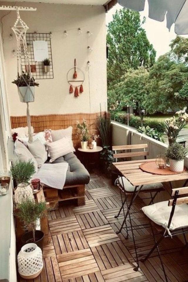 amenagement petit balcon exemple banquette palette coussin table 2 places bois chaises pliantes
