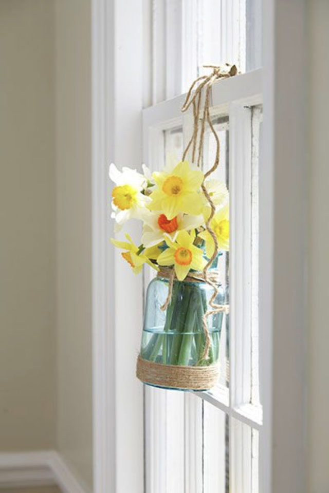 bouquet jonquille printemps decoration vase en verre coloré accroché à la fenêtre ficelle simplicité