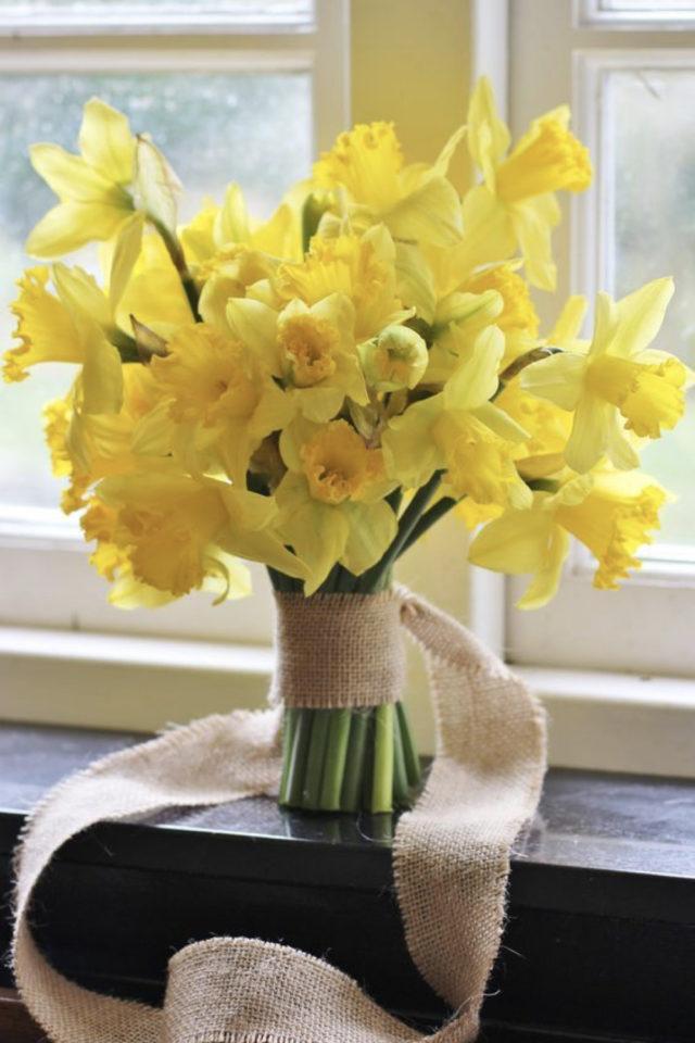 bouquet jonquille printemps decoration petit bouquet simple avec ruban tissus