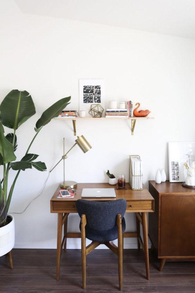 bureau chaise style vintage exemple espace lumineux télétravail fauteuil bois et cuir noir rétro