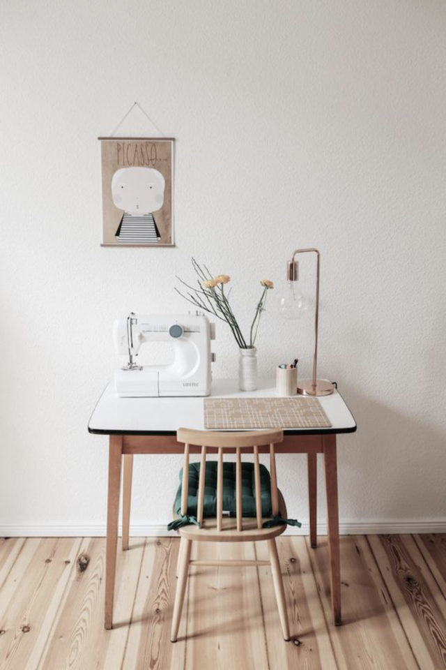 bureau chaise style vintage exemple espace lumineux télétravail fauteuil scandinave bistro rétro